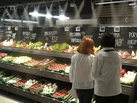 スーパーの野菜コーナー