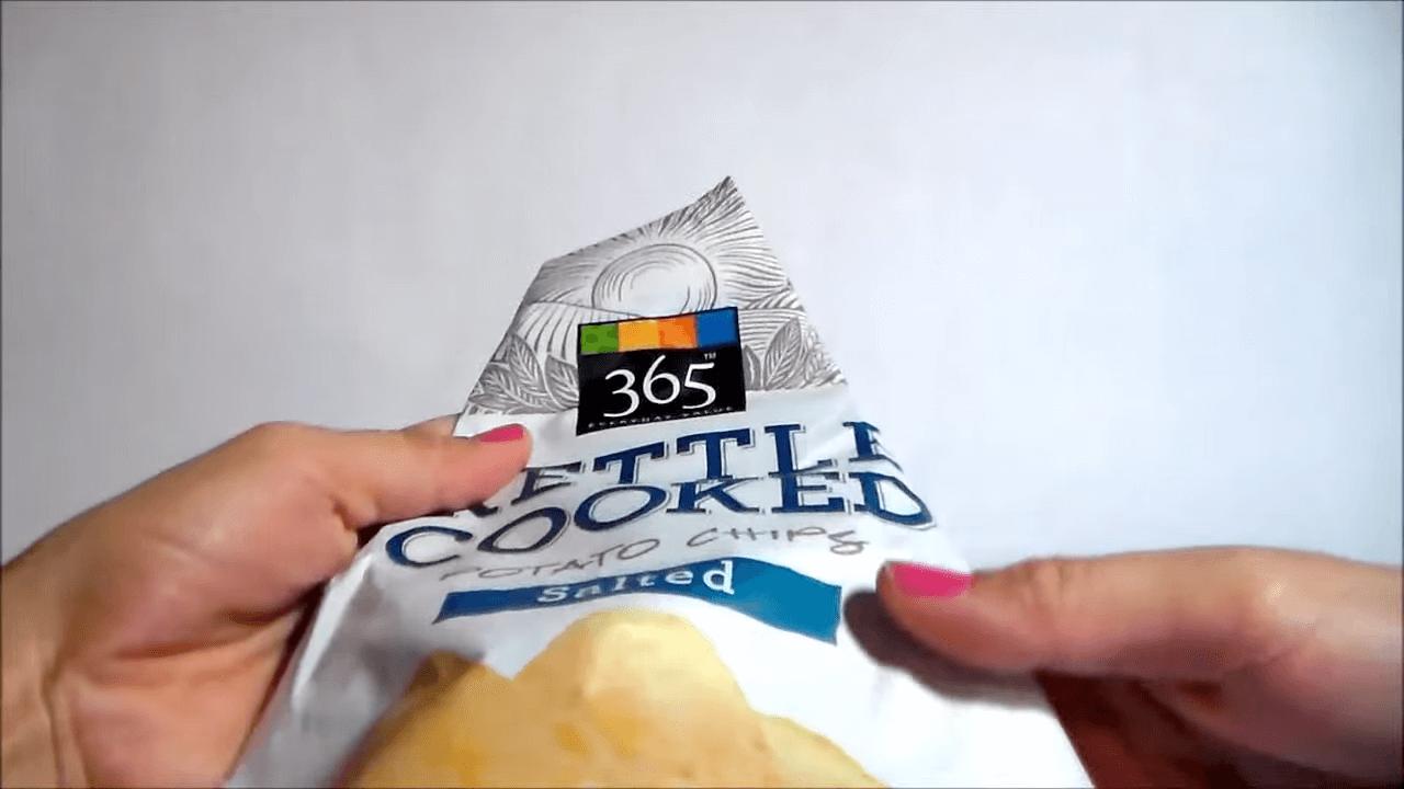 お菓子の袋をクリップなしで閉じる方法-袋を裏に返す