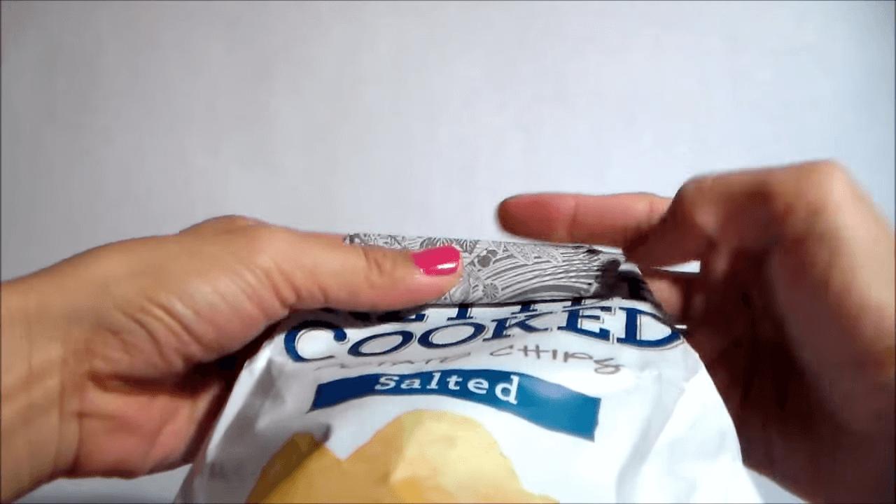お菓子の袋をクリップなしで閉じる方法-袋の先端を折る