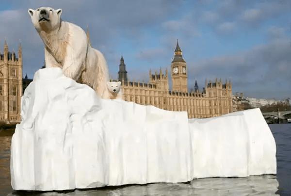 テムズ川の巨大北極熊(イギリス:2009)