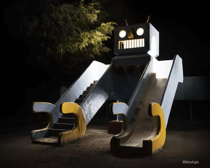 夜の公園の遊具