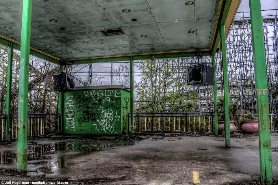 廃墟状態のシックスフラッグスの跡地