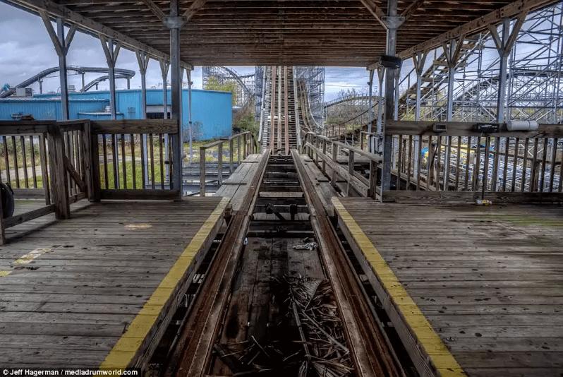 シックスフラッグス-廃墟のジェットコースター入り口