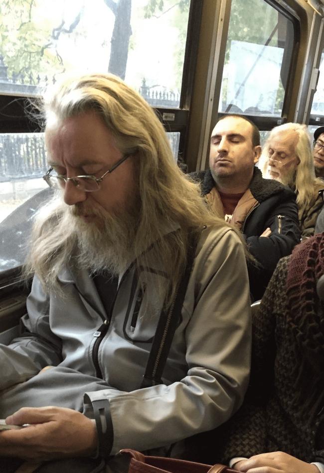 バス中の瓜二つな2人