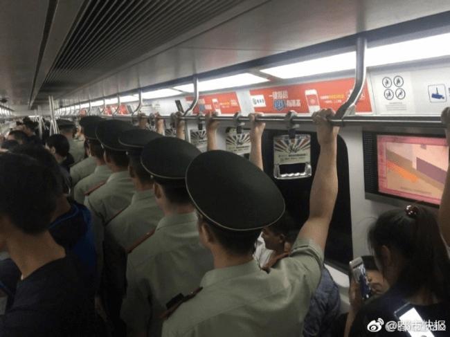 軍隊の電車の整列