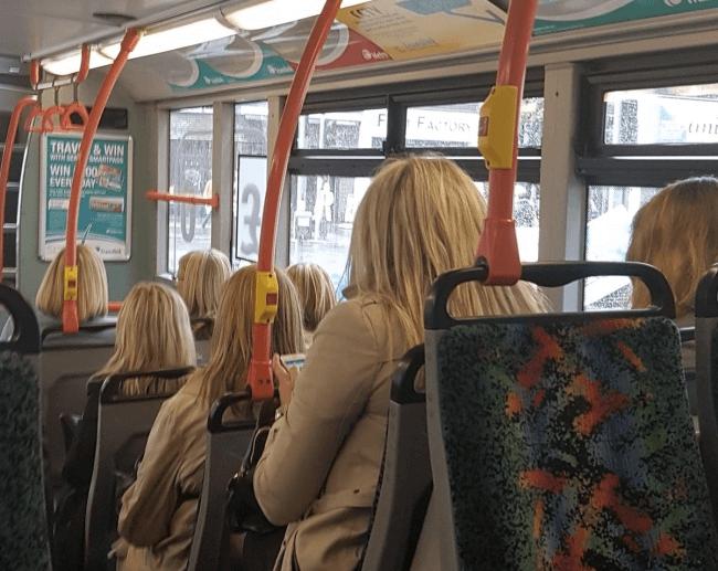 バスで同じ髪型をした人たち