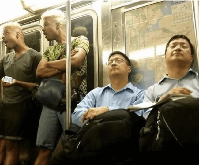 バスの中でそっくりな2人組