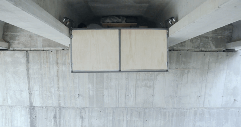 道路の下に作られた机