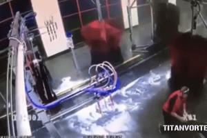 洗車機に遊ばれる男性