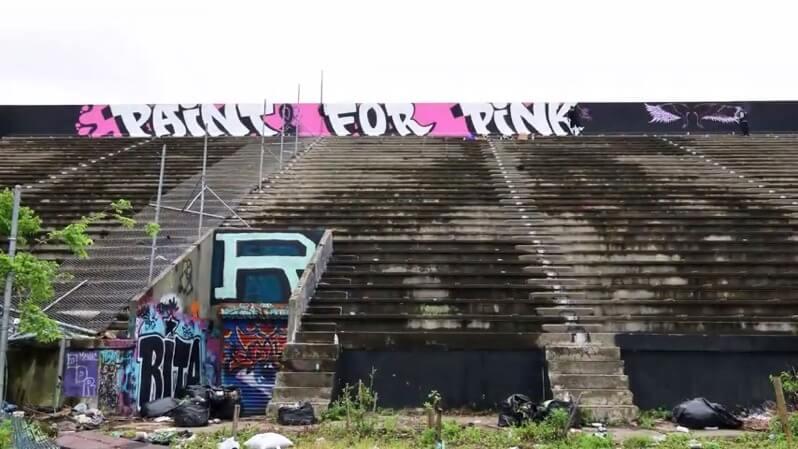 化学物質で放棄されたサッカースタジアム