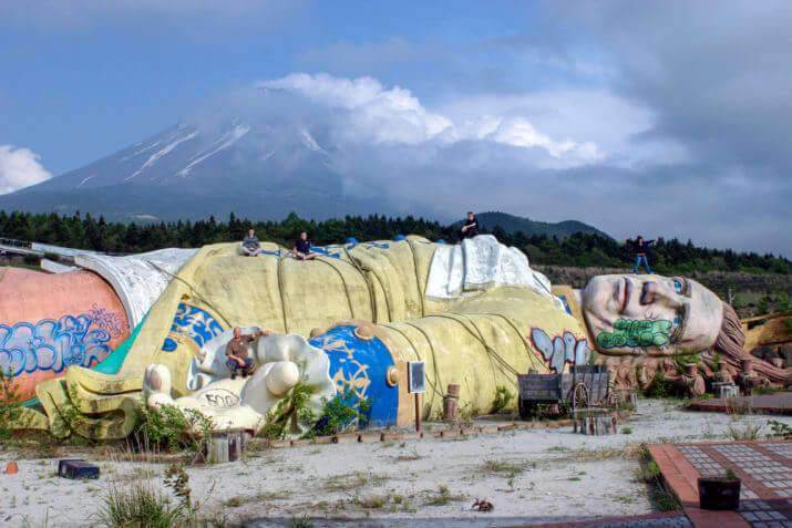富士ガリバー王国の落書きが酷い巨大人形