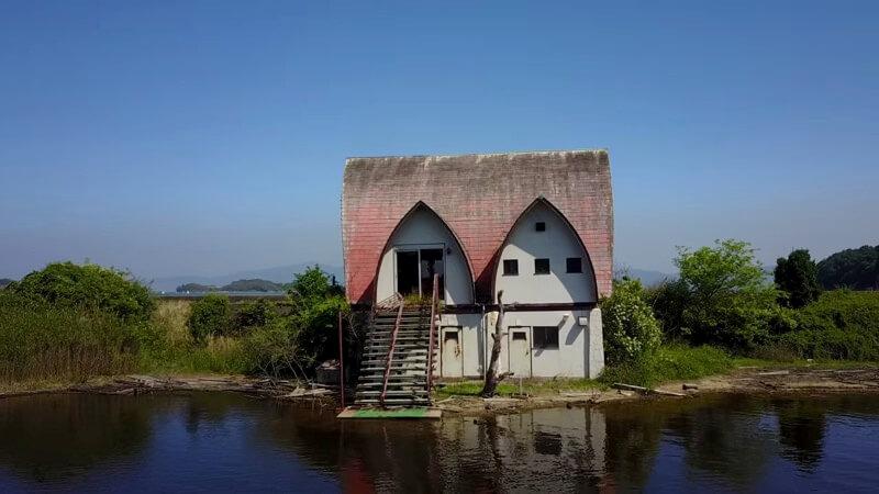 岡山の水没したペンション村のコテージ