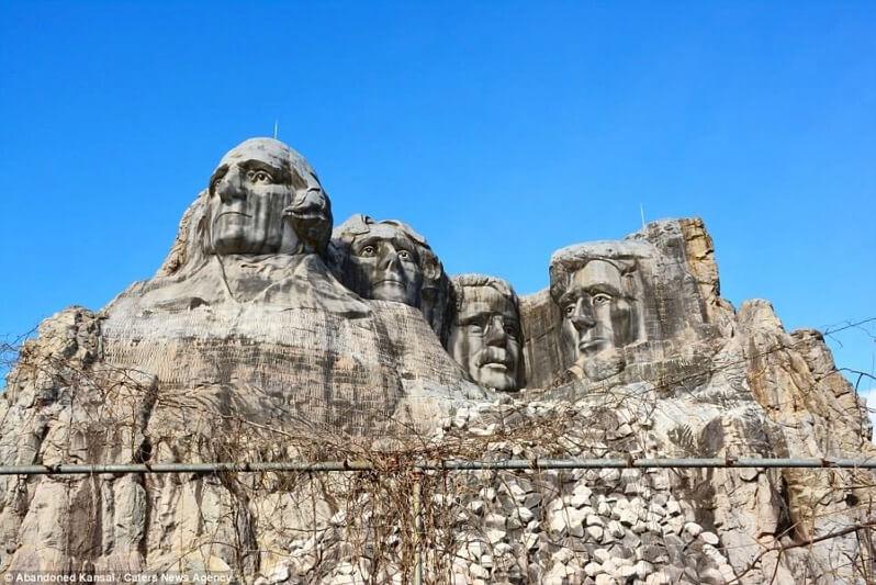 ウェスタン村の岩