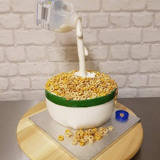 固まったボウル型のケーキ