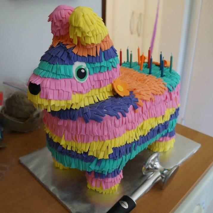 ピニャータ型のケーキ