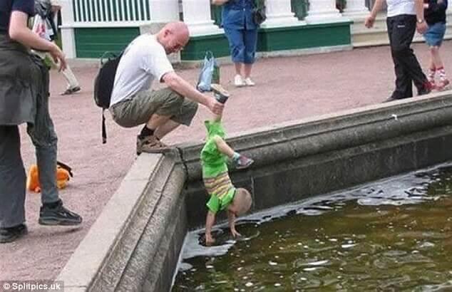 川の上でぶら下がる子供