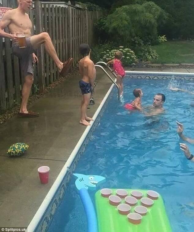 子供をプールに蹴り飛ばす父