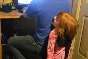 椅子の間に挟まった少女
