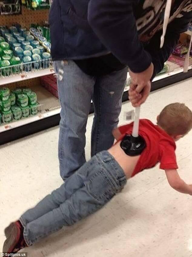 吸盤で子供を吊るす父親