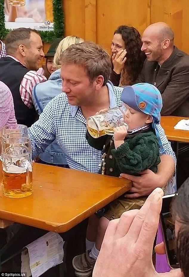 子どもにビールを飲ませちゃってるお父さん