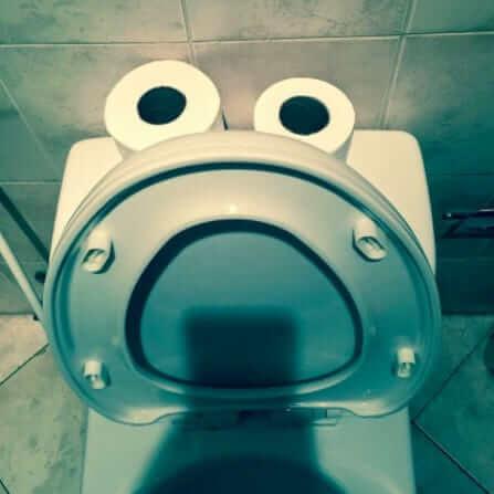 クッキーモンスターに見えるトイレ