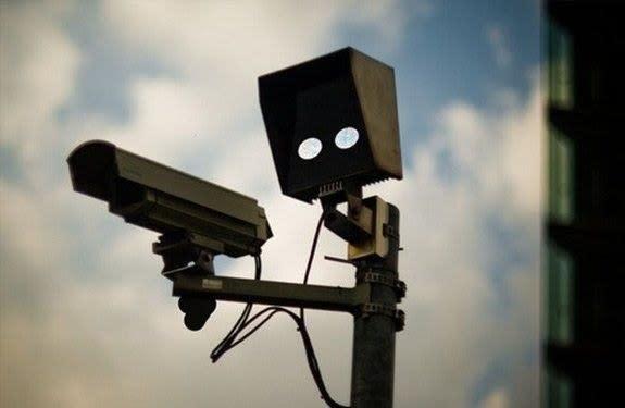人の顔に見えるセキュリティカメラ