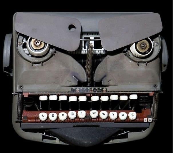人の顔に見えるタイプライター