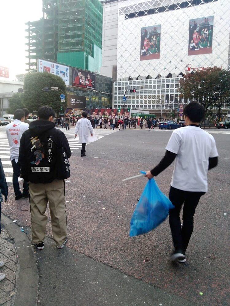 ハロウィン後の渋谷のゴミ拾い
