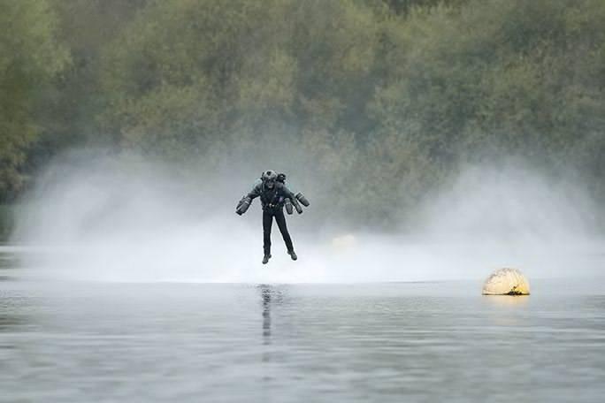 自作したアイアンマンのスーツを着た社長