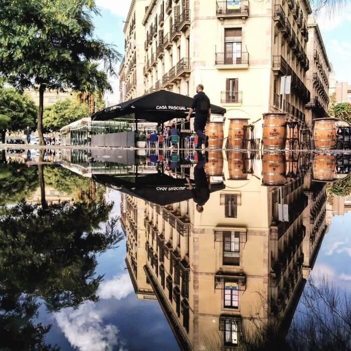 パラレルワールドのような水面鏡-バルセロナ
