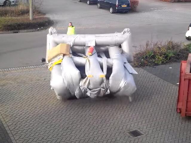 飛行機の救命ボートを地上で広げる