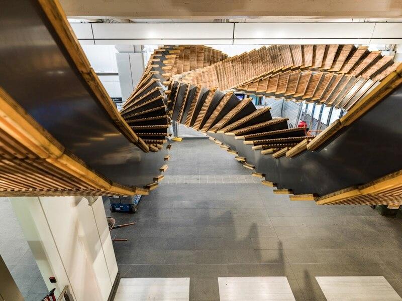 天井にデザインされたエスカレーター-interloop