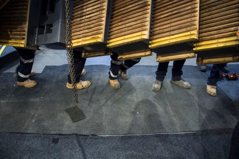 天井にデザインされたエスカレーター
