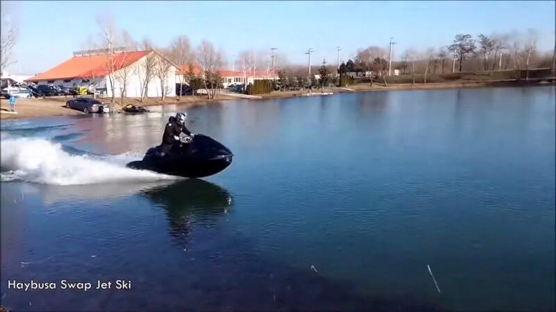 ハヤブサを搭載した水上バイク