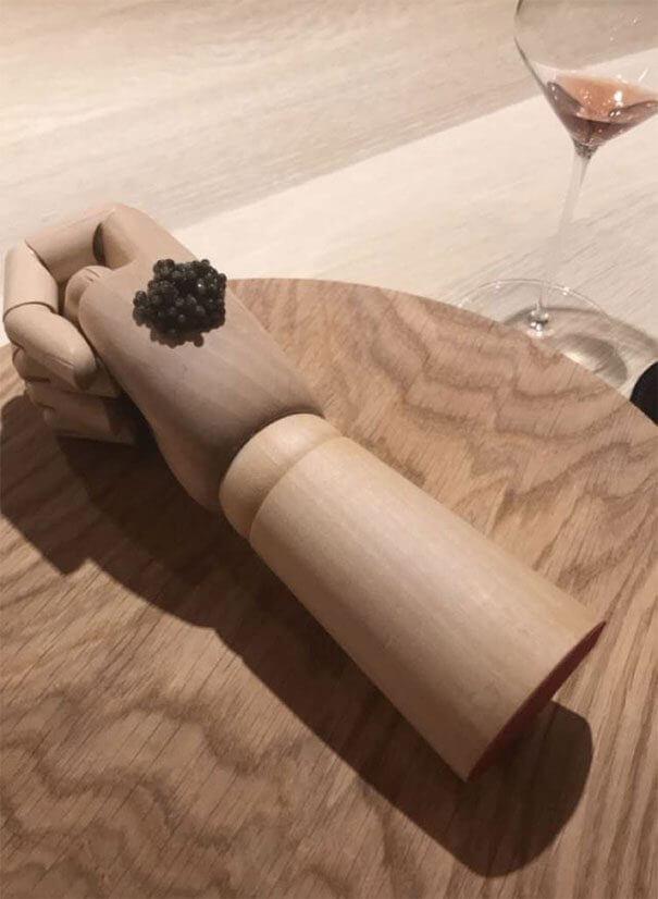 木手に添えられたキャビア