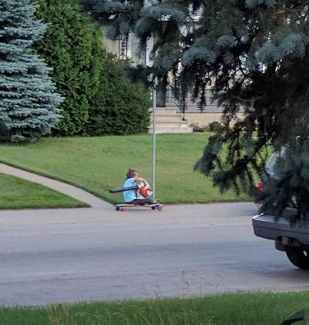 落ち葉の掃除機で軽快に進む子ども