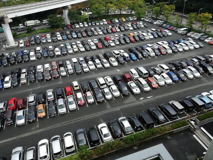 日本は、後ろ向き駐車をする
