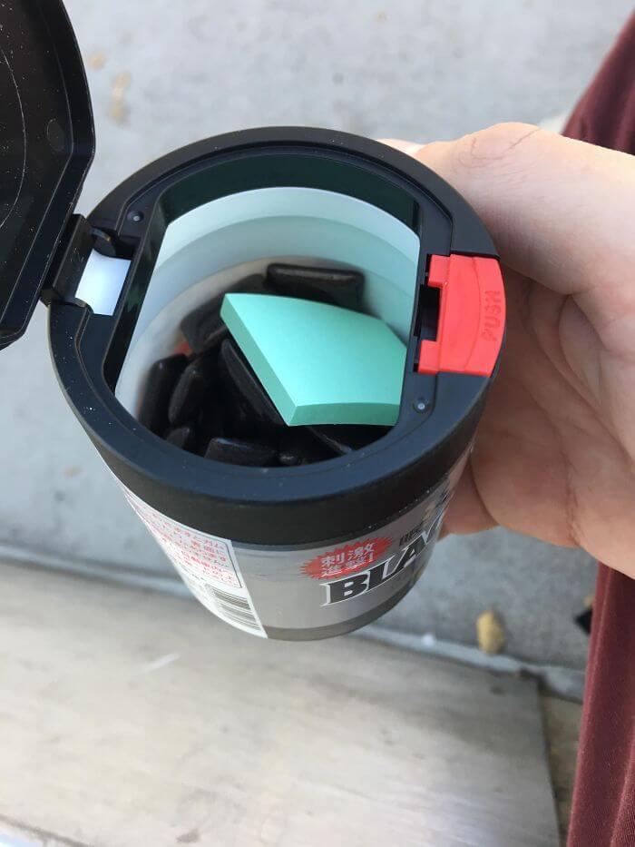 ガムボトルにもしっかり捨て紙が入っている