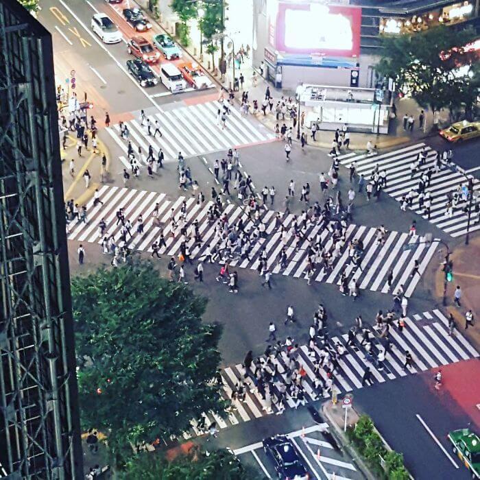 日本に300箇所以上あるスクランブル交差点をめちゃ綺麗に歩く所