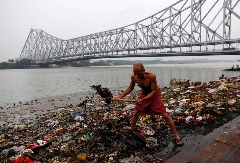 ガンジス川を掃除する男性