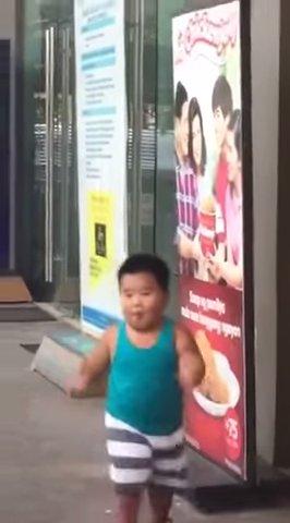 ポスターのパスタを食べる少年