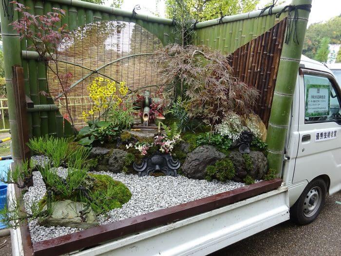 トラックの上に積まれた庭園