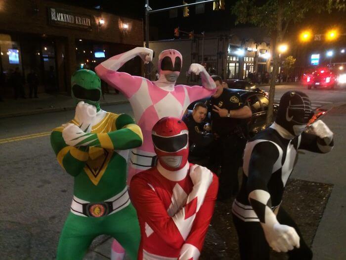 友達のレンジャースーツを撮っていたら後ろに警察官が。