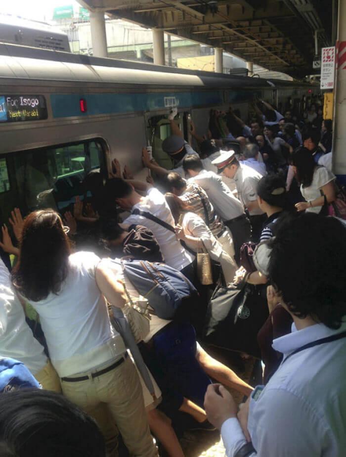 電車と線路の間に挟まった女性を全員で助ける所