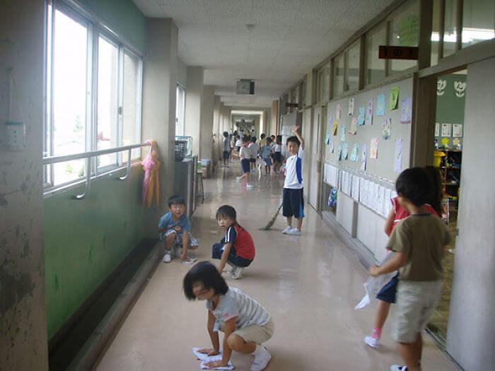 学校を自分たちで掃除する