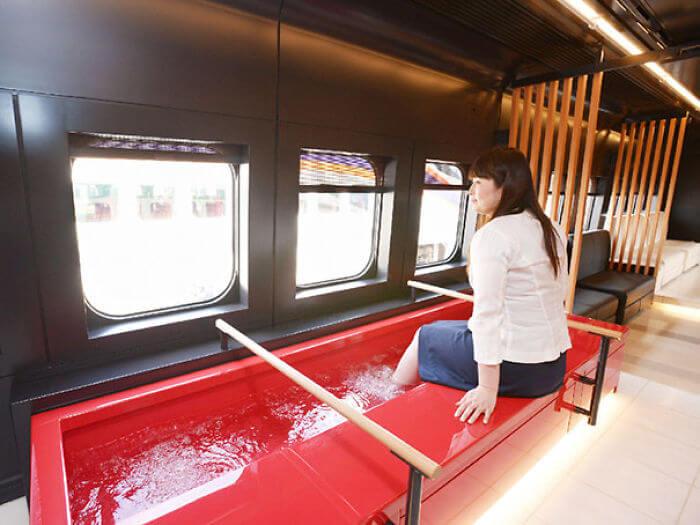 日本は、列車で足湯が楽しめる