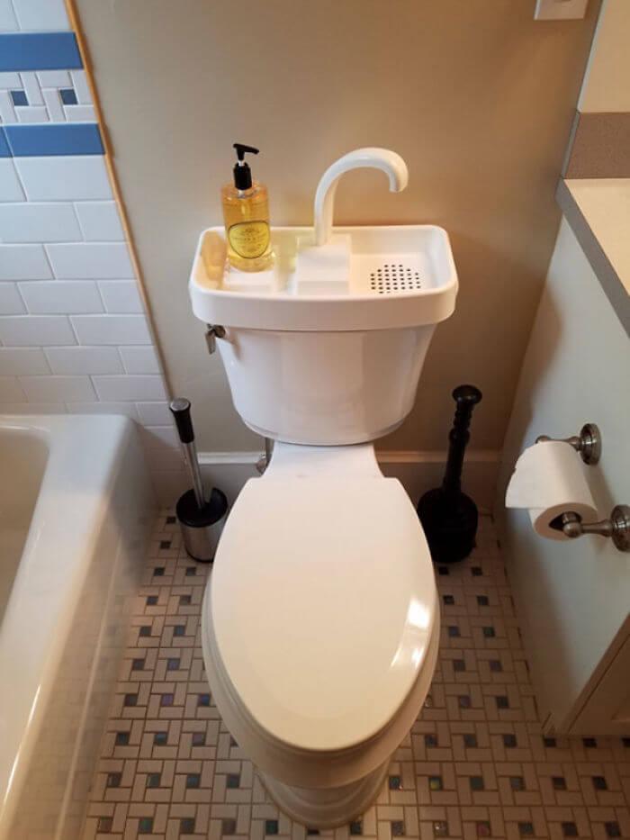 トイレには手洗い管が付いている