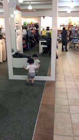 初めの鏡に困惑する少年