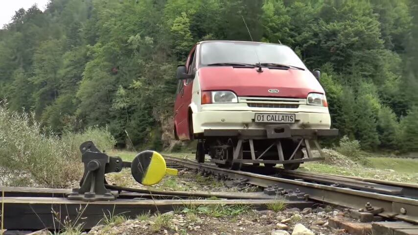 列車の上を走るミニバン-ルーマニア
