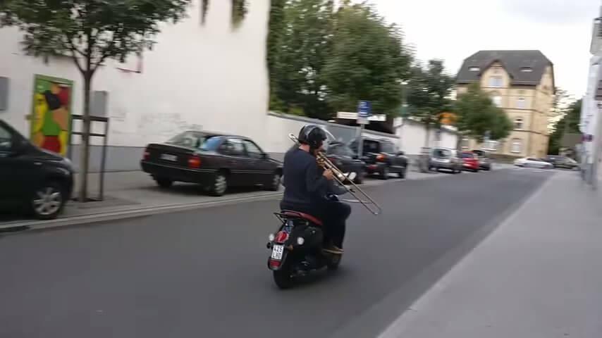 バイク音をトロンボーンで奏でる様子
